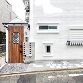エントランスはオートロック。便利な宅配ボックスも隣に。一部の部屋の駐輪場は道路側にあります。