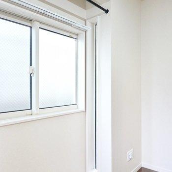 窓の両サイドにも明かり取りの小窓があるので、より明るい空間に。