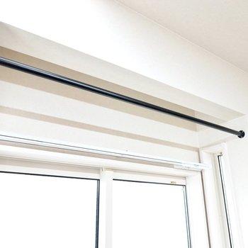 窓の前の黒いバーは物干しとしてもカーテンレールとしても使えそう!