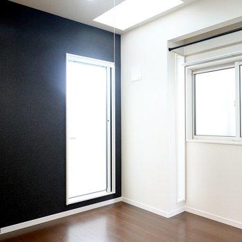 個性的なアクセントクロスの5.2帖の洋室。室内なのに、なんだか自然な明るさが……?