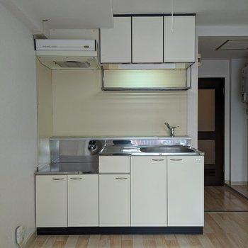 キッチン周りは収納が多くあります。