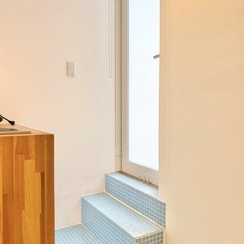 玄関の境が無いので階段の下にマットを置くと良いかもしれません。