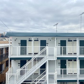 高台の2階なので、向かいの棟の3階がよく見えます。視線は特に気になりませんでした。