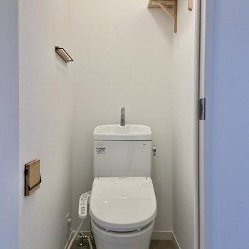 トイレには温水洗浄便座つき。居室と同じくブラックアイアンと無垢の設えです。※写真は前回募集時のもの