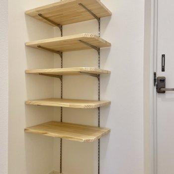 玄関横の収納は可動式のオープンシェルフです。お洗濯に使うグッズなどを置いてもいいですね。※写真は前回募集時のもの