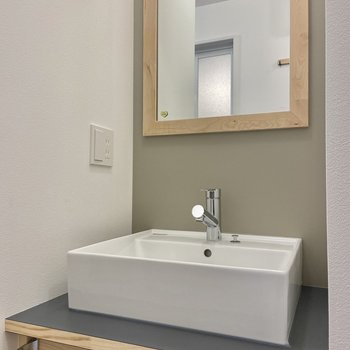 シンプルな独立洗面台。鏡の木枠もかわいい!※写真は前回募集時のもの