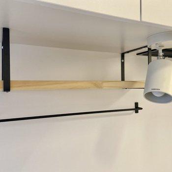 調理器具の収納に役立ちそうなアイアンバーとシェルフ。スポットライトで手元も明るく。※写真は前回募集時のもの