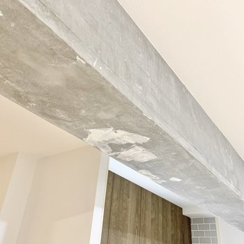 天井に目を向ければ無機質なクールな印象も。