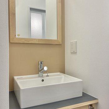 お隣の独立洗面台は落ち着いたデザイン。タオルをかけるバーもついています。