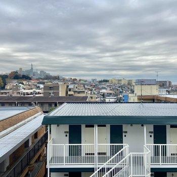 やや高台にある建物なので眺望は開けています。晴れた日は気持ちがいいだろうな〜。