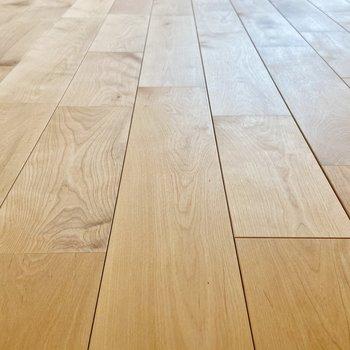 【ディテール】無垢床の木目がかわいらしい。サラッとした肌触りが気持ちいい……。