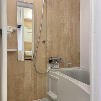 浴室も木目調で居心地がいい……。