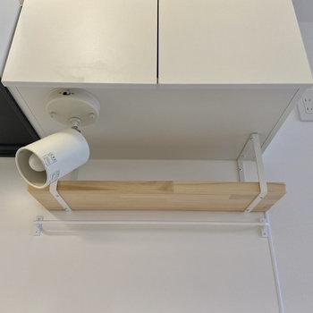 シェルフとバーは調理器具などの収納に役立ちそう。ライトで作業中の手元も明るく。