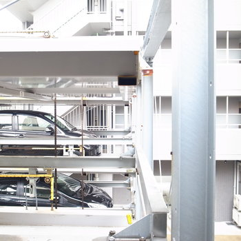【和室3帖】窓の外は駐車場のようです。