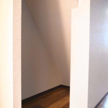 【LDK】階段裏に、収納スペースにできそうなところを発見しました。