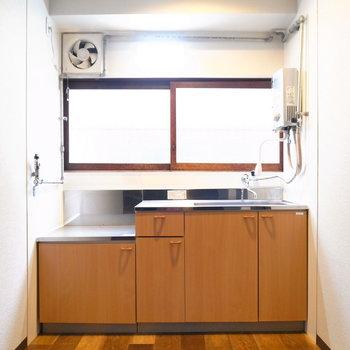 階段を降りてすぐ、目の前にキッチンがあります。