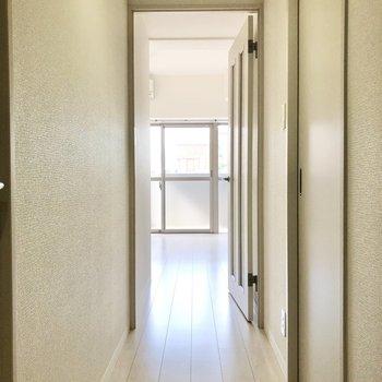 玄関開けた瞬間から真っ白の空間が広がります。(※写真は3階同間取り別部屋のものです)