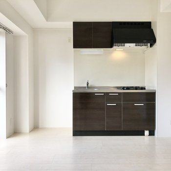 キッチンの横には冷蔵庫と小さなシェルフなどを置きたいです。(※写真は3階同間取り別部屋のものです)