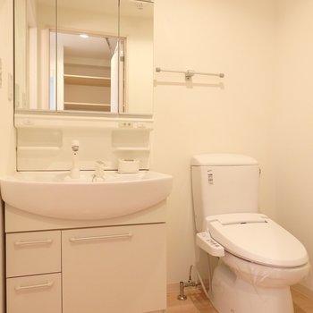 洗面台、トイレもしっかり(※写真は5階の反転間取り別部屋のものです)