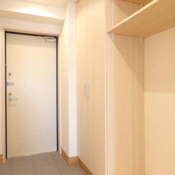 シューズボックスや棚なども付けてあり便利(※写真は5階の反転間取り別部屋のものです)