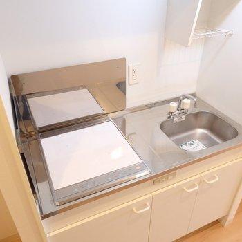 キッチンはシンプルにIH2口(※写真は5階の反転間取り別部屋のものです)