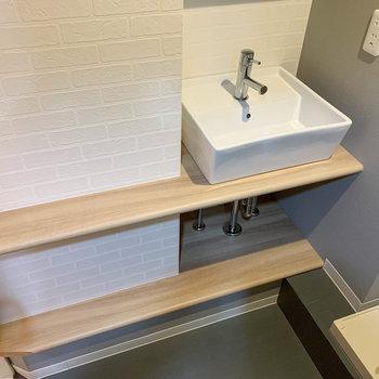洗面台周りに、身だしなみの道具を置けそうなスペース。