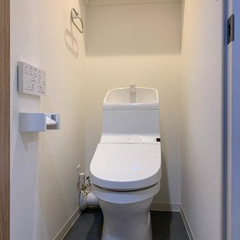玄関前の位置にトイレ。もちろん温水洗浄便座付き。