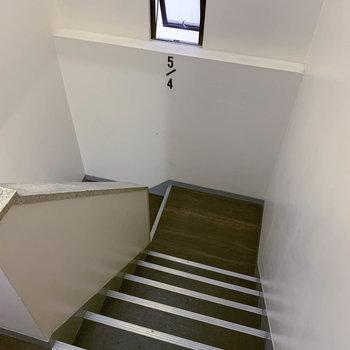 1階までは階段で。