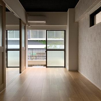 【LDK】キッチンを背に。窓は南東向きです。