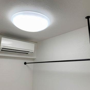 エアコン近くのハンガーパイプ。クローゼット兼部屋干しスペースといった感じ。