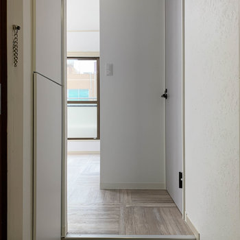 玄関からただいまの風景。お部屋が見えないような作りになっています。