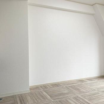 キッチン側へ。この壁沿いにテーブルやソファなど。