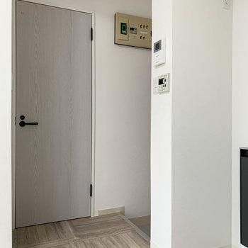 キッチンから左に玄関やサニタリー。