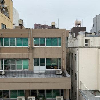 眺望は向かいのビル。