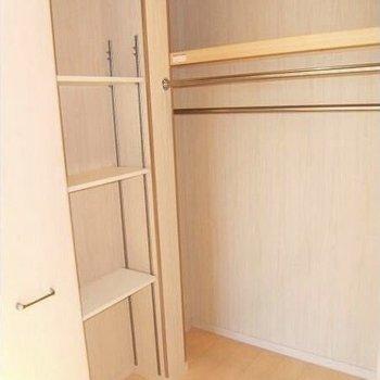 収納は奥行きたっぷり。棚もあるのでカバンなどもきれいに収納できます。 (※写真は3階の同間取り別部屋のものです)