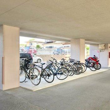 駐輪場は駐車場の一角に。しっかり雨風凌げます。