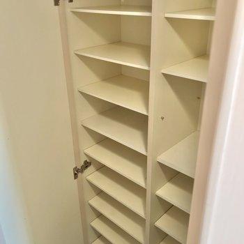 シューズボックスも2人分しっかり入りそうな容量。 (※写真は3階の同間取り別部屋のものです)