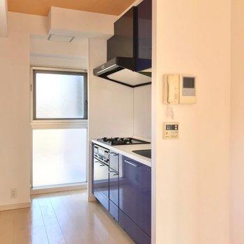 ここの天井もちらりとオレンジ。冷蔵庫は窓の左側に置けますよ。 (※写真は3階の同間取り別部屋のものです)