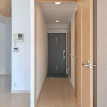 ほかの水まわりは廊下側に。モニターホン付きも嬉しいですね。 (※写真は3階の同間取り別部屋のものです)