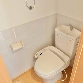 トイレはウォシュレット付きですよ。 (※写真は3階の同間取り別部屋のものです)