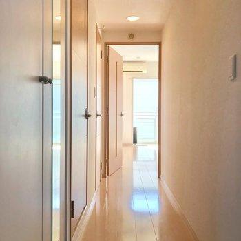 電気を付けなくても、日中は玄関から明るいです。 (※写真は3階の同間取り別部屋のものです)