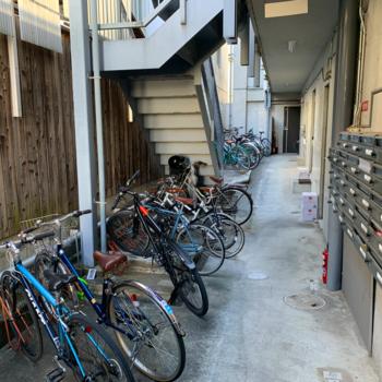 駐輪場は階段降りてすぐにあります