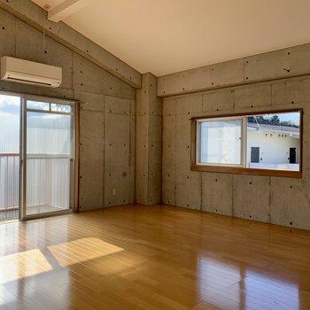 【洋室②】13帖の洋室〜。窓もあるせいか、間取り以上に開放的な空間。