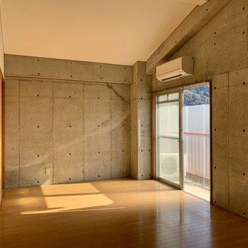 【洋室①】見えにくいですが。壁にちょっとしたフックが打ち込んであります。
