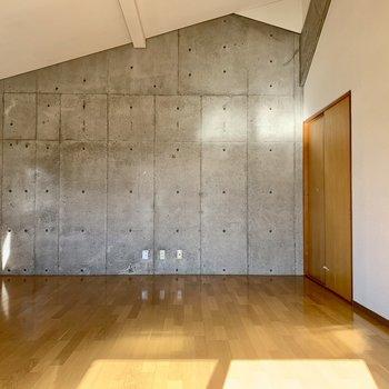 【洋室②】天井の高さが魅力的。