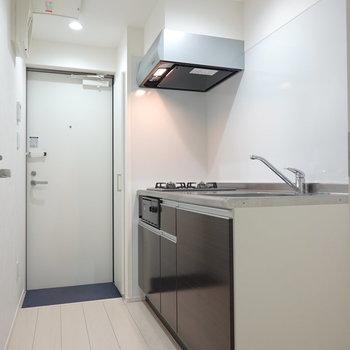 吊戸棚が無いので開放的!食器類は居室にラックなどで収納するのもオススメ。