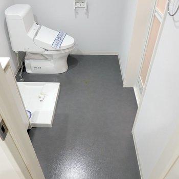脱衣所はグレーの壁と床がとってもホテルライク!奥にはウォシュレット付きのトイレ。