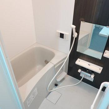 お風呂は落ち着くモノトーン。ラック付きで収納も必要ありません。