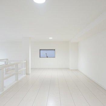 左側は寝室にするのがオススメ。窓があって換気できるのが健康面にも嬉しいところ!(※写真は1階同間取り別部屋のものです)