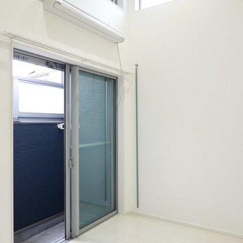 洋室は約6帖。天井が高く、ハイサイドライトもあって明るい気分で暮らせそう!(※写真は1階同間取り別部屋のものです)